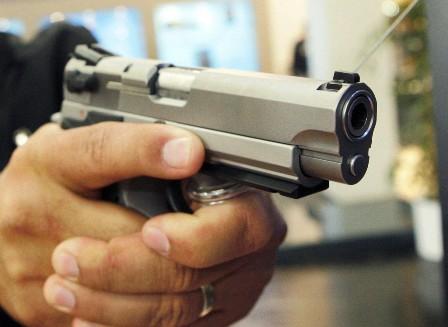 Roban-un-celular-usando-una-pistola-de-juguete