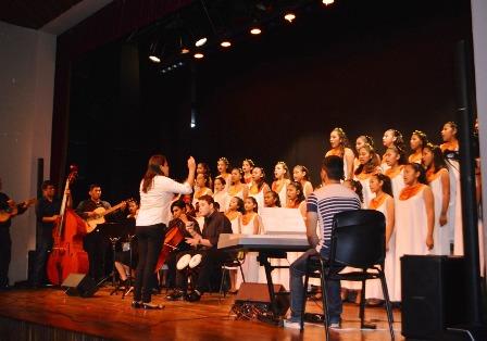 Festival-de-coros,-estudiantes-en-accion