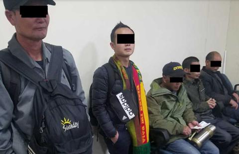 Cinco-chinos-pretendian-salir-del-pais-a-pesar-de-tener-arraigo
