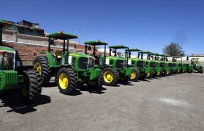 Morales-entrega-maquinaria-agricola-a-40-municipios-de-Potosi