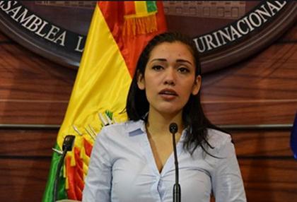 Adriana-Salvatierra-renuncia-y-deja-en-vilo-la-sucesion-constitucional