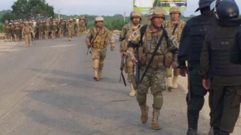 Militares-y-policias-levantan-bloqueos-en-Yapacani