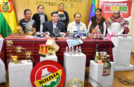Presentan-exposicion-de-artesanias--bolivianas