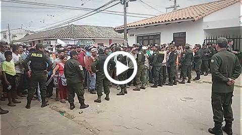 Vecinos-de-Warnes-intentan-ingresar-a-la-plaza-y-la-policia-trata-de-apaciguar-los-animos
