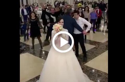 Dos-invitadas-a-una-boda-pelean--ferozmente--por-el-ramo-de-la-novia