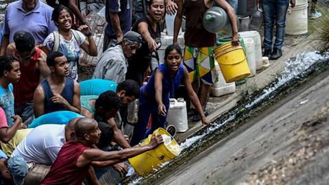La-desesperada-busqueda-de-agua-en-Caracas-dias-despues-del-apagon-masivo