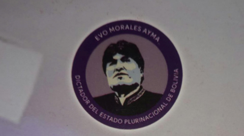 Disenador-reconoce-que-por-error-puso--Evo-Morales-Dictador-del-Estado-