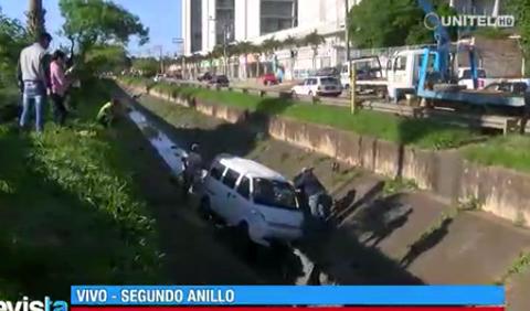Reportan-que-un-minibus-cayo-al-canal-de-drenaje-del-2do-Anillo