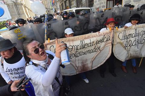 -Mujeres-Creando--protestan-en-inmediaciones-de-la-Casa-Grande-del-Pueblo