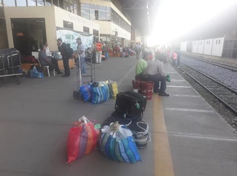 Pasajeros-denuncian-que-un-tren-retraso-su-salida-por-mas-de-tres-horas