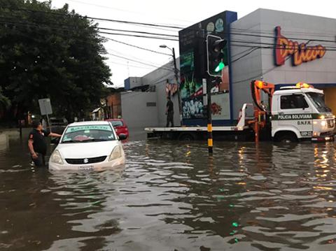 Lluvia-torrencial-en-Santa-Cruz-convierte-calles-y-avenidas-en-caudalosos-rios