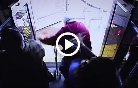 Mujer-empuja-a-anciano-desde-un-bus-y-le-causa-la-muerte