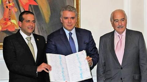 Duque-recibe-firmas-de-bolivianos-para-activar-consulta-contra-reeleccion