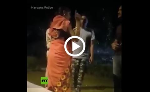 Graban-a-5-policias-indios-maltratando-y-golpeando-a-una-mujer-con-un-cinturon