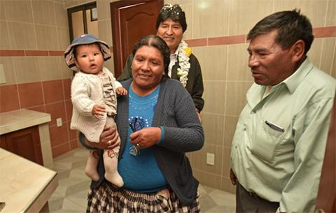 Gobierno-entrega-departamentos-a-14-familias-damnificadas-por-deslizamiento