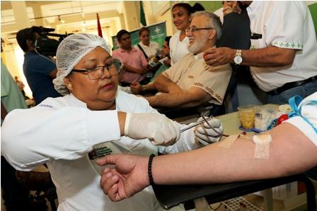 Instan-a-donar-sangre-por-Dia-Mundial-del-Donante-Voluntario