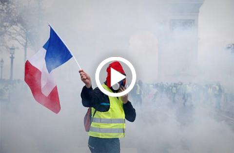 Policia-dispersa-con-gas-lacrimogeno-a-los--chalecos-amarillos-