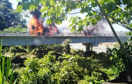 Trailer-se-arde-en-la-ruta-Cbba-Santa-Cruz