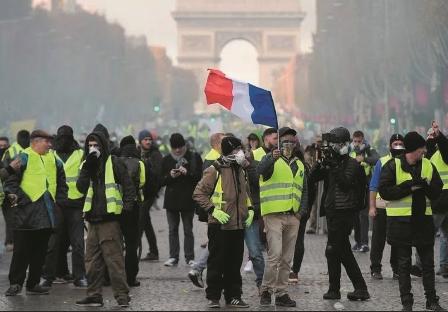Los--Chalecos-amarillos--continuan-protestando