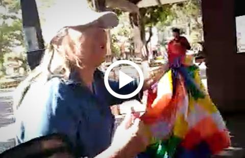 Mujer-retira-wiphalas-de-la-plaza-central-de-Montero