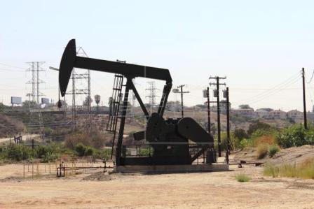 El-petroleo-cae-3,3-%-por-aumento-de-reservas-