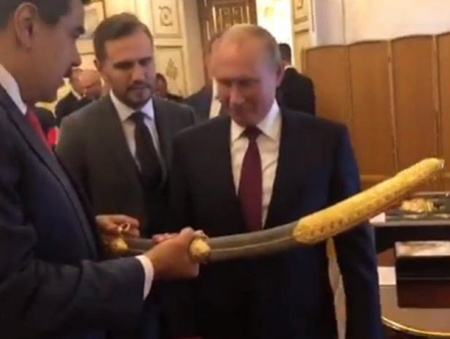 Presidente-Maduro-entrega-a-Putin-replica-del-sable-que-el-Libertador-uso-en-Carabobo