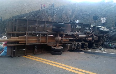 Choque-de-camion-contra-cerro-deja-18-muertos