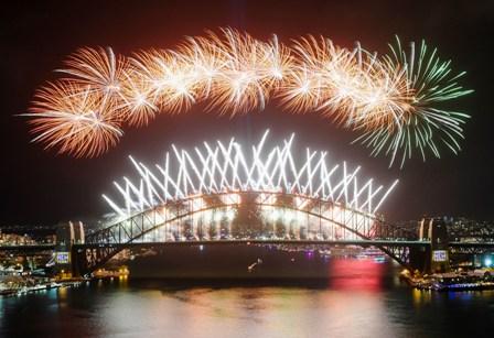 El-mundo-celebra-una-nueva-decada-en-medio-de-letales-incendios-forestales-y-protestas