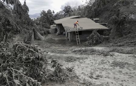 Filipinas-bajo-cenizas,-el-volcan-empezo-a-vomitar-lava