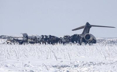 Talibanes-y-fuerzas-afganas-luchan-por-restos-del-avion-militar-de-EEUU