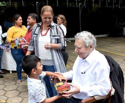 Alcalde-entrego-regalos--a-ninos-por-Dia-de-Reyes