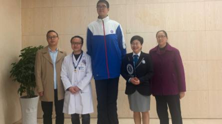 Estudiante-chino-de-14-anos-busca-lograr-un-record-Guinness-por-sus-221-cm-de-estatura