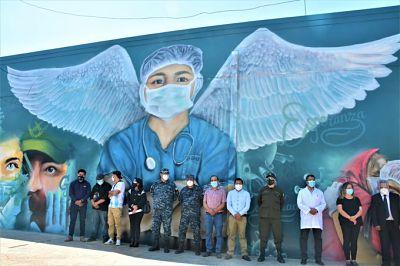 Inauguran-mural-en-el-frontis-del-hospital-Viedma,-en-honor-a-los-heroes-en-la-lucha-contra-el-COVID-19