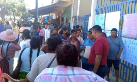 Padres-toman-la-Alcaldia-de-San-Pedro-y-bloquean-por-canasta-estudiantil