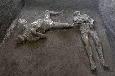 Hallan-y-reconstruyen-en-Pompeya-dos-cuerpos-con-sus-ropas