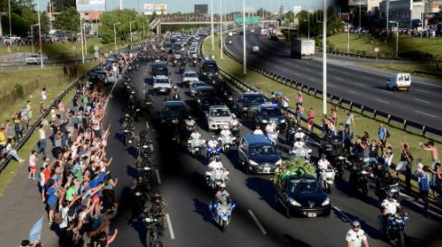 Disturbios-y-enfrentamientos-entre-hinchas-y-policias-en-el-ingreso-al-cementerio-donde-sera-enterrado-Diego-Maradona
