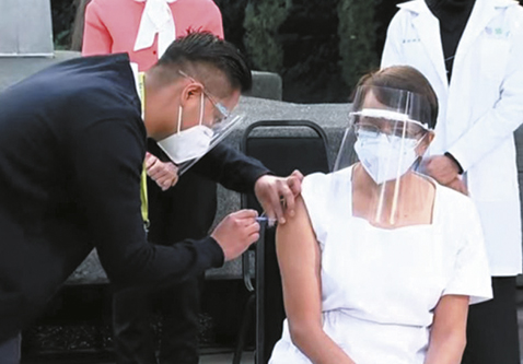 Medicos-reciben-las-primeras-vacunas