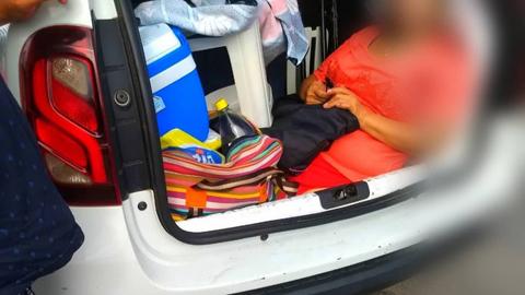 Multan-a-turista-argentino-por-llevar-a-su-suegra-en-el-maletero-del-auto