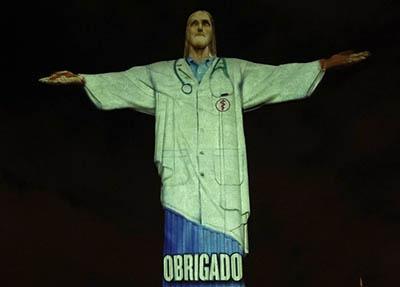 Cristo-Redentor-se--vistio--de-medico-para-homenajear-a-profesionales-de-la-salud