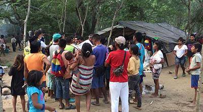 Pueblos-indigenas-usan-palos-y-cuerdas-para-bloquear-sus-comunidades-y-protegerse-del-Covid-19