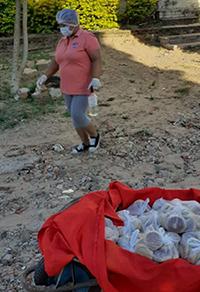 Vecinos-del-barrio-Ferbo-distribuyen-pan-de-forma-gratuita