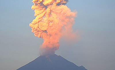 Registran-tres-erupciones-del-volcan-Popocatepetl-en-Mexico