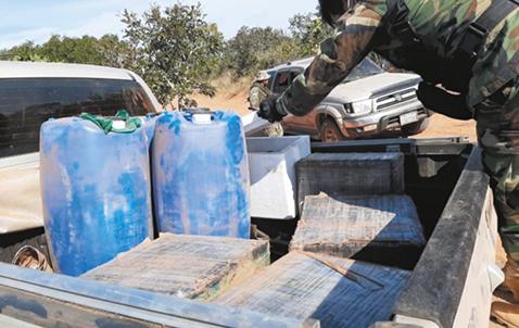 Narcos-abandonan-droga-y-huyen-al-monte-disparando