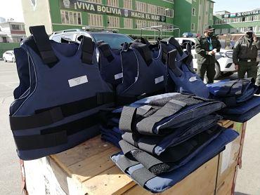Ánez-destaca-sacrificio-de-la-Policia-en-tiempos-de-pandemia-tras-entregar-una-donacion-de-Suiza