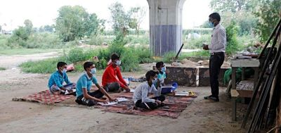 India:-Clases-presenciales-bajo-puente-por-falta-de-internet-en-medio-de-la-pandemia