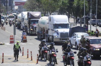 Convoy-de-cisternas-con-oxigeno-avanza--muy-lento--debido-a-los-bloqueos