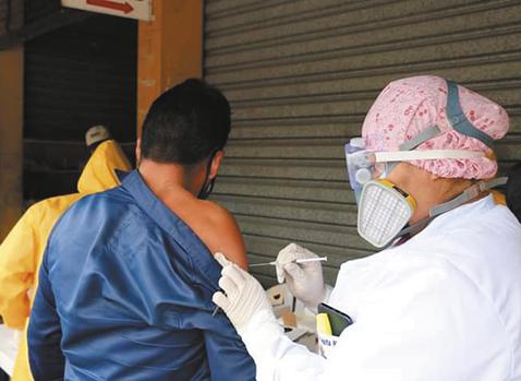 Continua-la-campana-de-vacunacion-masiva
