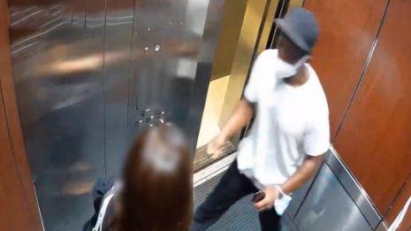 Un-ladron-atraca-a-una-mujer-en-un-ascensor-de-Nueva-York