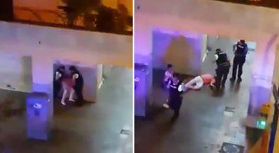 VIDEO:-Graban-a-tres-agentes-de-policia-golpeando-y-pateando-a-un-hombre-en-el-suelo-en-Ecuador