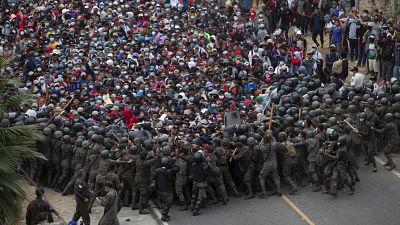 Policia-guatemalteca-intenta-detener-la-caravana-de-migrantes-con-gas-lacrimogeno